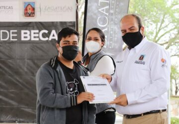 "ENTREGA SALVADOR ESTRADA GONZÁLEZ ""100 BECAS DE LA ESPERANZA"" A ESTUDIANTES DE LAS COMUNIDADES"